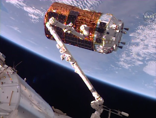 HTV-6 being catched by the ISS robotic arm on Dec 13 - ©NASA TV/Spaceflight Now